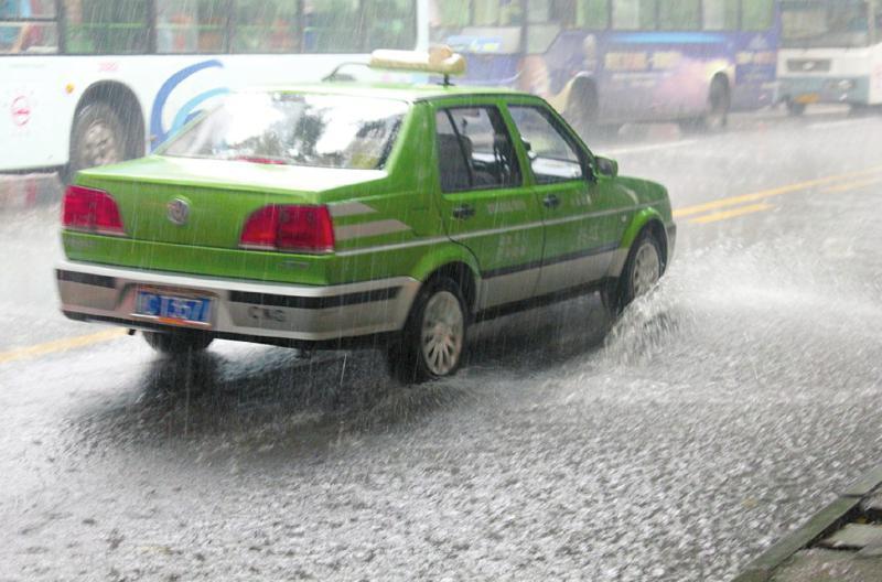"""市民:请为行人考虑下,大雨考验""""车德""""   昨日,自贡城区降水量达到30毫米,仅半个小时,城区内的一些路段就开始积水。这场雨不仅让城市排水系统备受考验,同时还考验了一些车主的""""车德""""。雨水中,部分车辆呼啸而过,溅起1米多高的水花,让行人吃尽了苦头。 大雨滂沱半小时积水5厘米   昨日上午9点30分,黑压压的天空终于""""爆发""""了,明晃晃的雨点一涌而下,自贡市整个城区都陷入一片""""哗哗""""的雨声中。""""唉"""